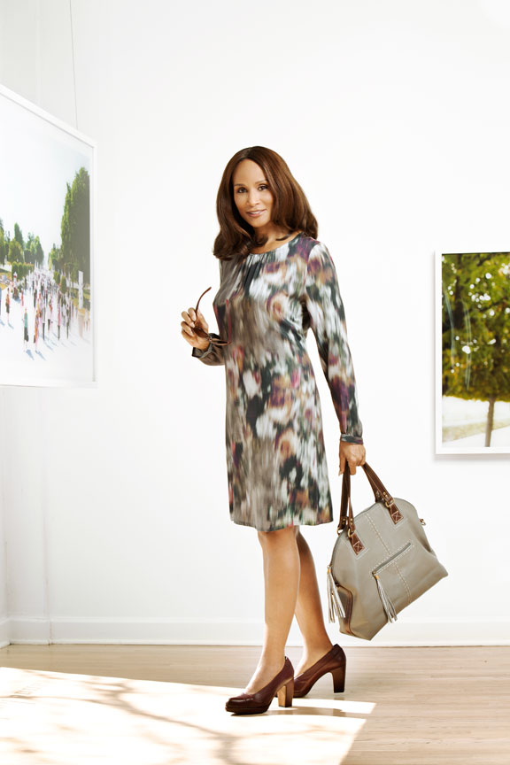 Beverly Johnson in Art Gallery