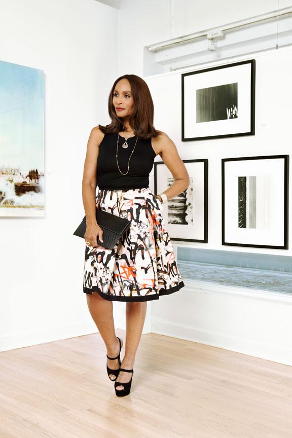 Beverly Johnson in Art Gallery